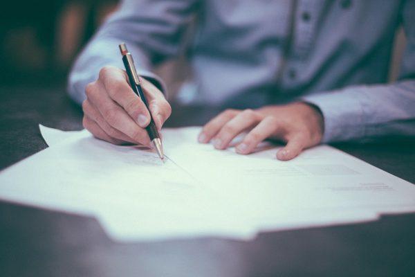 Na czym polega indywidualna analiza umów?